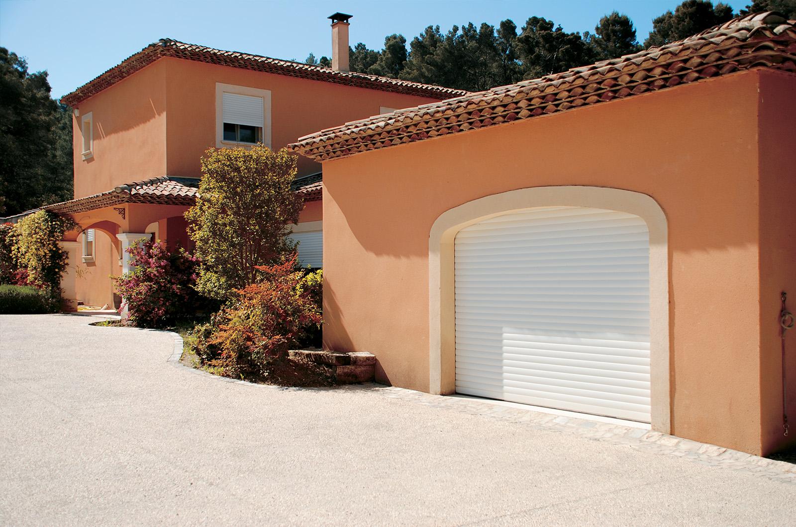 porte de garage enroulable blanche st r my de provence arc en ciel menuiserie aluminium pvc. Black Bedroom Furniture Sets. Home Design Ideas